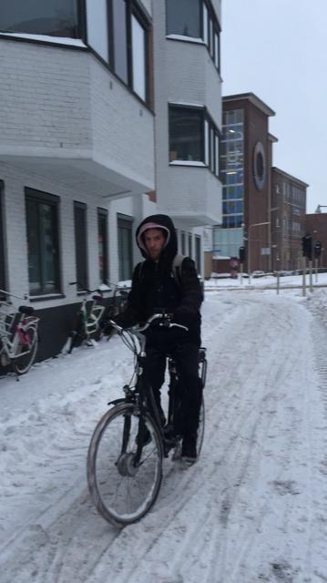 een fietser op een besneeuwd fietspad